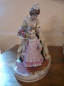 Art & Antiques - biscuit capo de monte femme et l'enfant - Biscuit