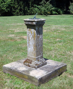 BARBARA ISRAEL GARDEN ANTIQUES - english carved stone sundial - Cadran Solaire