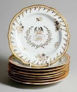 EARLE D VANDEKAR OF KNIGHTSBRIDGE - a pair of chamberlain worcester crested plates - Assiette À Crudités