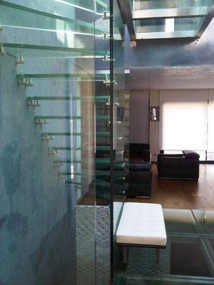 TRESCALINI - Escalier suspendu-TRESCALINI-Skystep : escalier deux quart tournant en verre