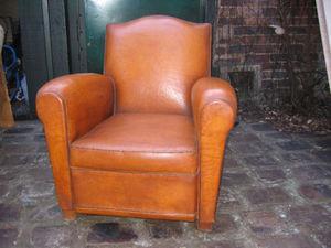 Fauteuil Club.com - fauteuil chapeau de gendarme - Club Armchair