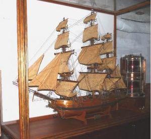 La Timonerie Antiquités marine - grande maquette sous vitrine l'astrolable - Boat Model